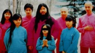 Os membros da seita com o seu mentor Shoko  Asahara (ao centro)