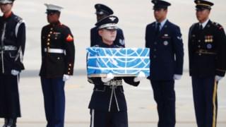 Soldados transportam restos mortais de militares norte-americanos mortos durante a Guerra da Coreia