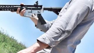 Cody Wilson com um dos tipos de arma que é possível imprimir