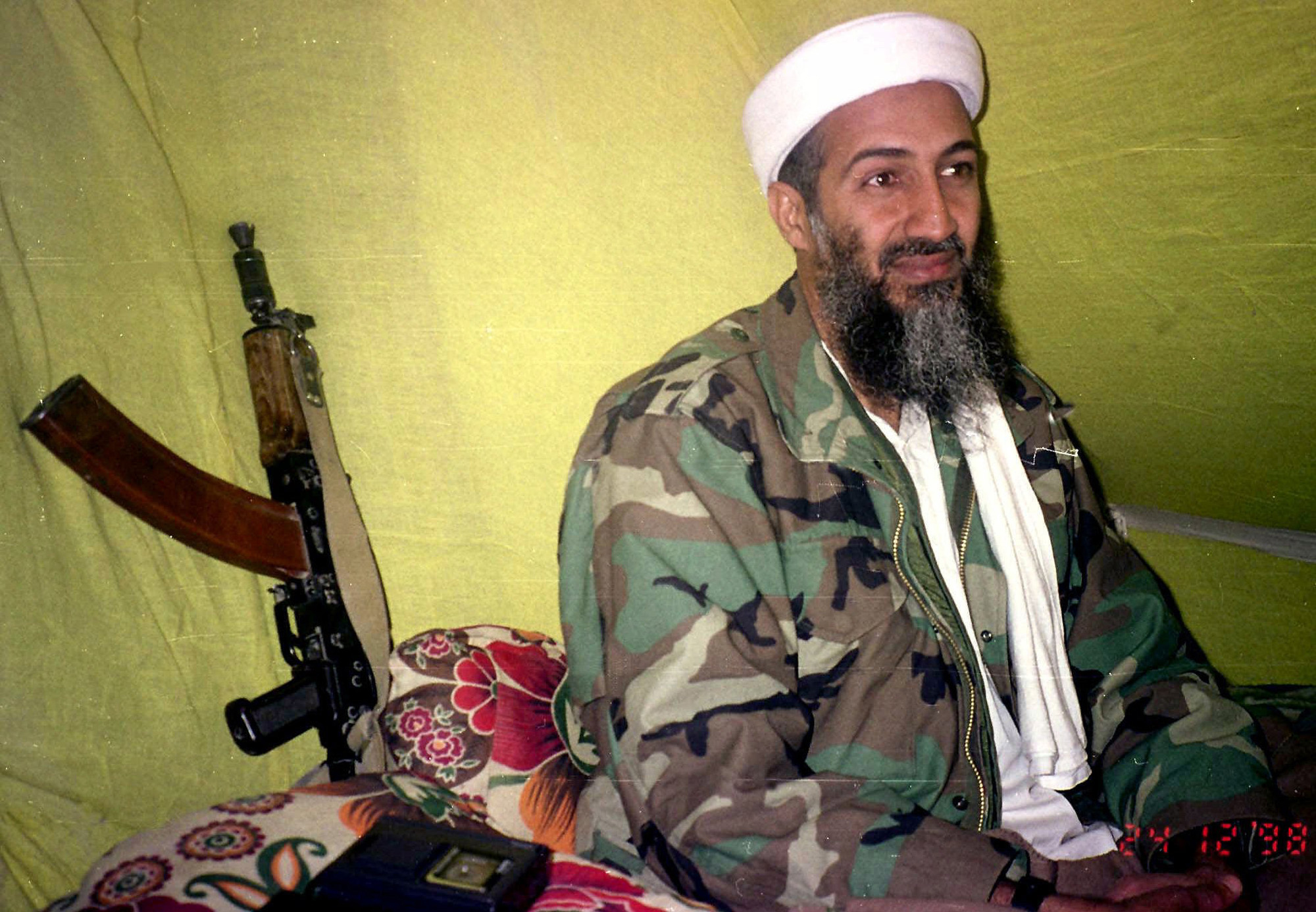 Osama Bin Laden à conversa com um pequeno grupo de repórteres em 1998