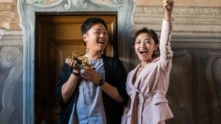 O realizador Yeo Siew Hua e a actriz Luna Kwok celebram o Leopardo de Ouro com que saíram da 71ª edição do Festival de Locarno