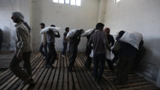 A ajuda humanitária chega a Duma, Damascus, Síria