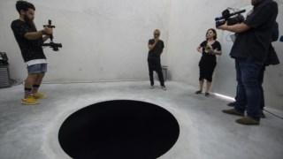 A instalação do artista, com 2,5 metros de profundidade, onde o homem de 60 anos caiu