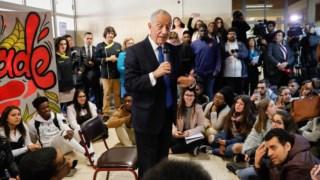 Marcelo Rebelo de Sousa conversa com alunos da Escola Secundária de Camarate durante uma aula-debate