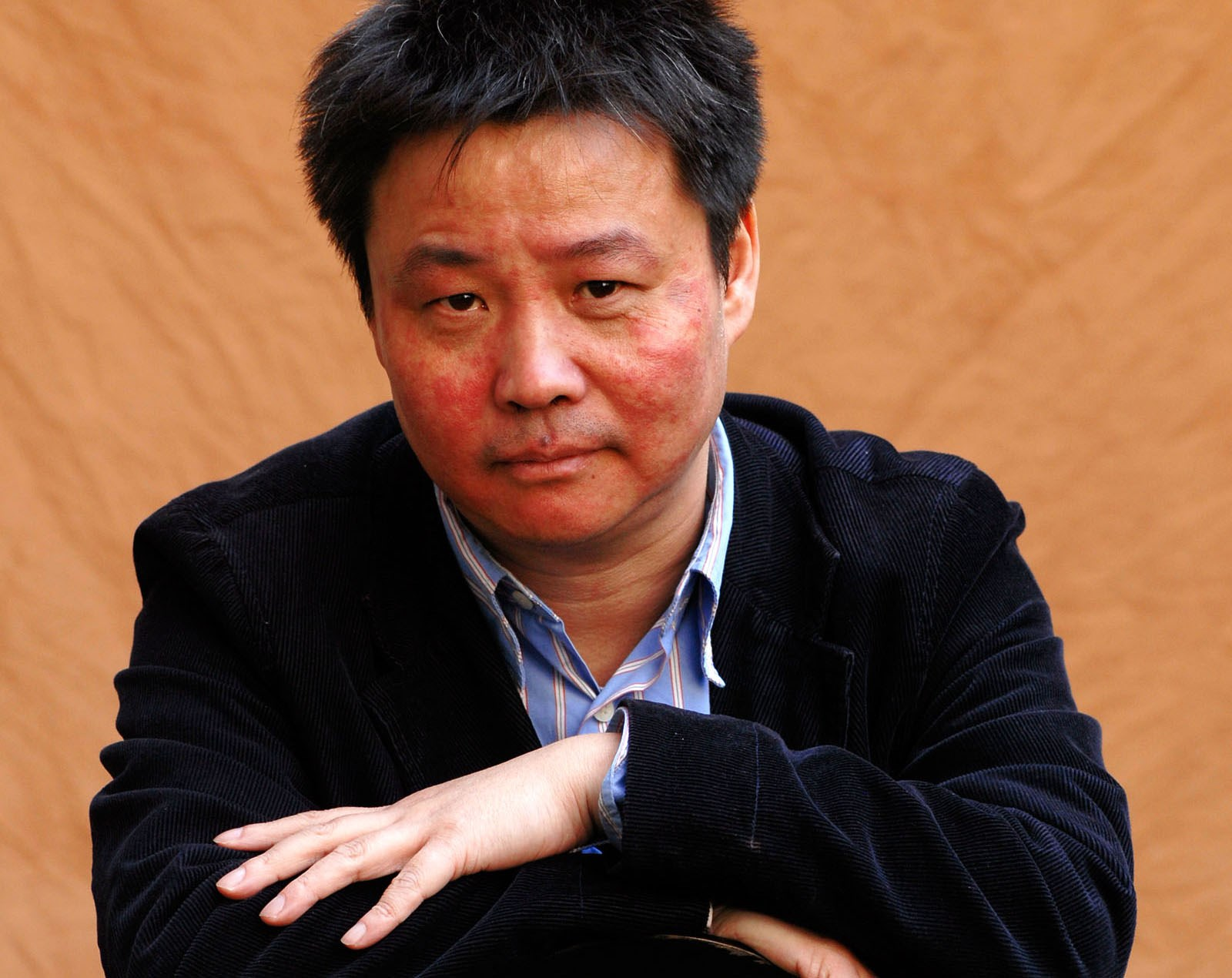 Resultado de imagem para Yu Hua, o romancista chinês aceite pelo sistema que não tolera os seus ensaios