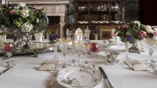 Aspecto da mesa da exposição <i>A Royal Lunch</i>, na Sala das Pegas do Palácio Nacional de Sintra