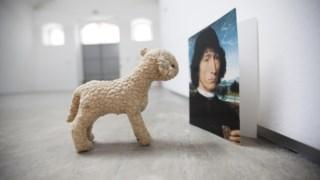 e Liliana Porter, artista plastica, argentina  na galeria Baginski, na rua Capitao Leitao 51-53 - Dialogo, em que uma ovelha conversa com uma pintura renascentista