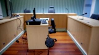 As instruções realizam-se em salas semelhantes às de julgamentos.