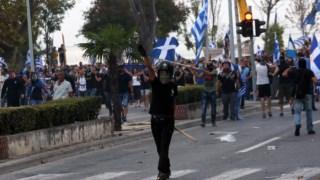 Manifestantes de extrema-direita no protesto contra o acordo em Salónia