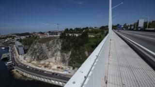 As construções na base da Ponte da Arrábida estão a ser investigadas e muito contestadas