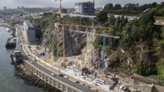 A construção na base da escarpa continua a avançar, apesar da polémica