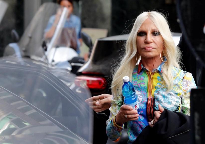 Donatella Versace à chegada a uma reunião com os funcionários da marca dfd9613368