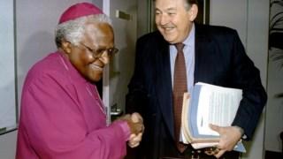 Pik Botha com o bispo Desmond Tutu na Comissão de Verdade e Reconciliação em 1997