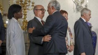 Azeredo Lopes e António Costa abraçam-se no fim da cerimónia de posse da nova PGR