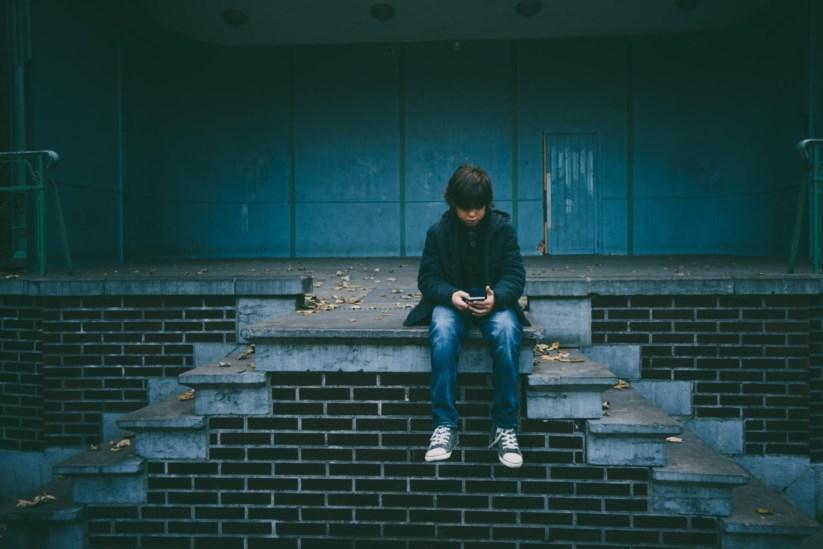 Resultado de imagem para Pais usam telemóveis e tablets como babysitters