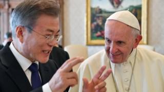 """""""Convite"""" de Kim Jong-un foi transmitido ao Papa pelo Presidente Moon"""