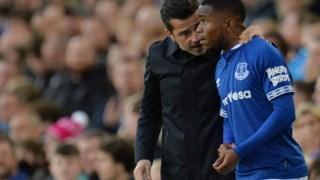 Marco Silva dá instruções a um jogador do Everton