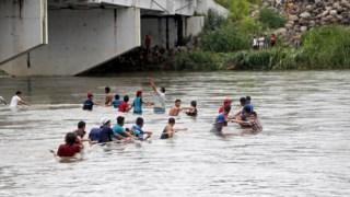 Migrantes hondurenhos atravessam o rio Suchiate, que separa a Guatemala do México