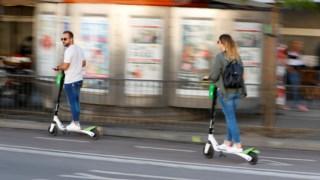 As trotinetes eléctricas ficam proibidas de circular nos passeios, devendo fazê-lo nas faixas destinadas às bicicletas