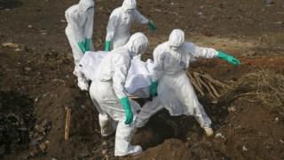 Vítima do ébola a ser enterrada na Serra Leoa em 2014