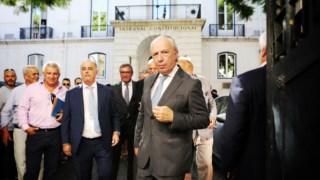 Santana fotografado durante a entrega de assinaturas para formalização do partido Aliança no Tribunal Constitucional