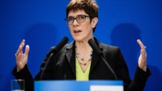 Annegret Kramp-Karrenbauer apresenta a sua candidatura e diz que se não for escolhida deixará o cargo de secretária-geral do partido