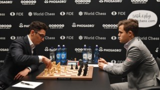 Fabiano Caruana (dir.) enfrenta o actual campeão mundial, Magnus Carlsen