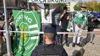 A libertação de Bruno de Carvalho e Mustafá foi saudada por alguns adeptos junto ao Tribunal do Barreiro