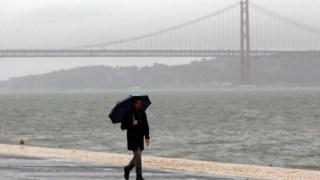 """O mau tempo é justificado por uma """"aproximação de um sistema frontal ao território do continente""""."""