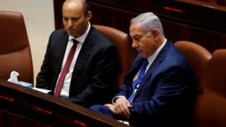 Naftali Bennett e Benjamin Netanyahu numa reunião de Governo