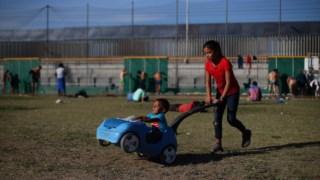 Crianças num centro de acolhimento em Tijuana, perto da fronteira com os EUA