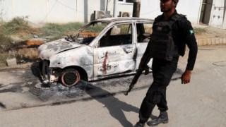 Um dos carros destruídos numa explosão durante do ataque em Carachi