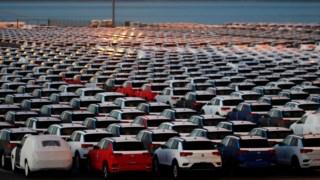 Imagem dos carros que a Autoeuropa tem estacionados no porto de Setúbal, à espera de serem expedidos