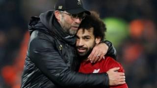 Jurgen Klopp, treinador do Liverpool, abraça Salah