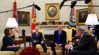 Nancy Pelosi, Mike Pence, Donald Trump e Chuck Schumer na Sala Oval