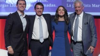 Manuel Valls (à esquerda) com o líder do Cidadãos Albert Rivera, e o Nobel da Literatura Vargas Llosa em Dezembro do ano passado