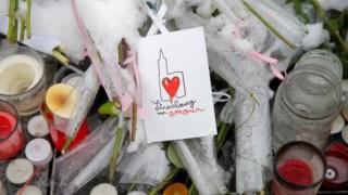 Cerimónia de homenagem decorreu junto ao memorial improvisado desde o ataque