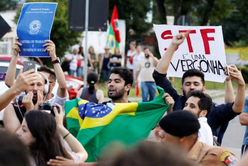 Apoiantes de Lula manifestam-se em Curitiba
