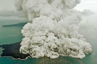 Parte do vulcão encontra-se submerso depois do colapso parcial