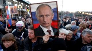 Milhares de pessoas vieram às ruas de Belgrado prestar homenagem a Putin