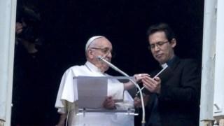 """O Papa enquanto recomenda a aplicação """"Click to pray"""" durante a missa dominical"""