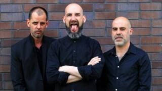 Um <i>power trio</i>  e a sua música assombrada, obscura, turbulenta, aterradora, suja