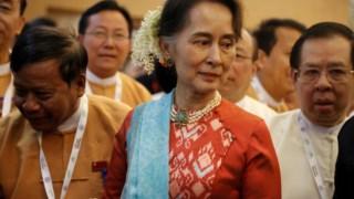 Apesar de a Constituição a impedir de ser chefe de Estado, Suu Kyi exerce essas funções