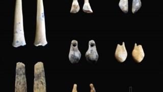 Pontas de pedra e adornos feitos de dentes de animais