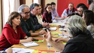 A coordenadora do Bloco de Esquerda, Catarina Martins, durante encontro com trabalhadores dos CTT, em Coimbra
