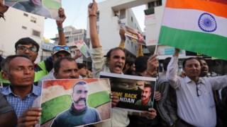 Celebração nas ruas da libertação do piloto em Ahmedabad, na Índia