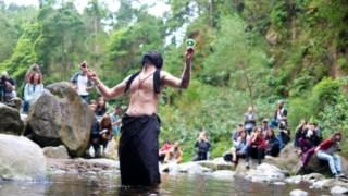 A criação de momentos irrepetíveis, em relação estreita com o território, como na actuação em 2018 dos Tir na Gnod,  é uma das marcas do festival