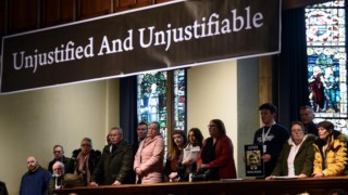 Famílias das vítimas reunidas antes de conhecerem a decisão das autoridades da Irlanda do Norte