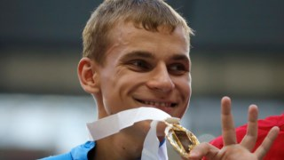 O russo a receber a medalha de ouro, em 2013.