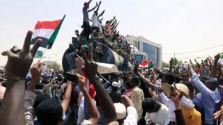 Manifestantes mantêm protestos em Cartum, capital do Sudão